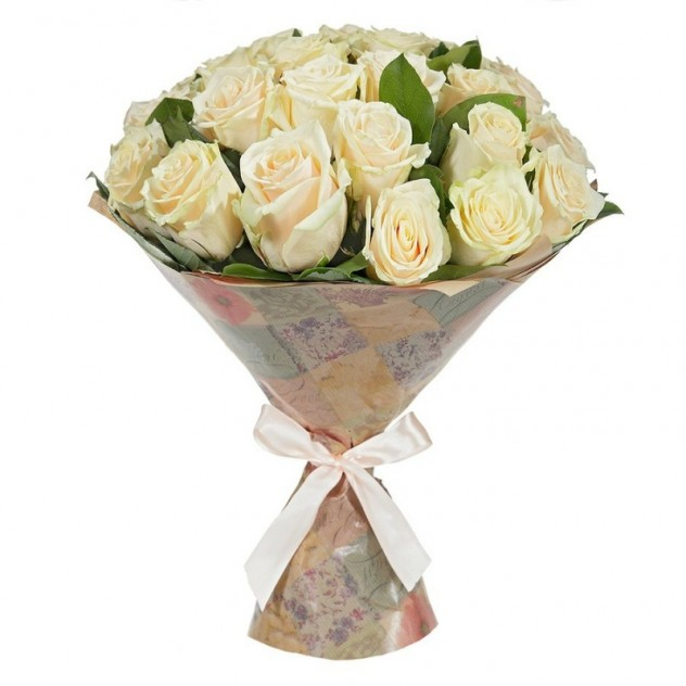 Букет из 25 кремовых роз в крафте с зеленью